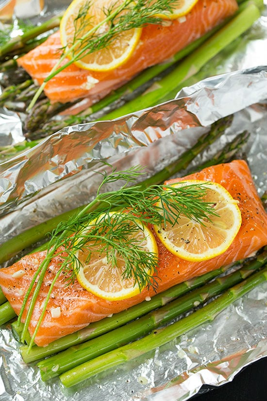 Salmon on top of asparagus with lemon and rosemary